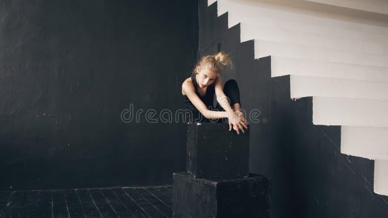Danza contemporánea del adolescente del funcionamiento hermoso moderno del bailarín en salón de baile dentro imágenes de archivo libres de regalías