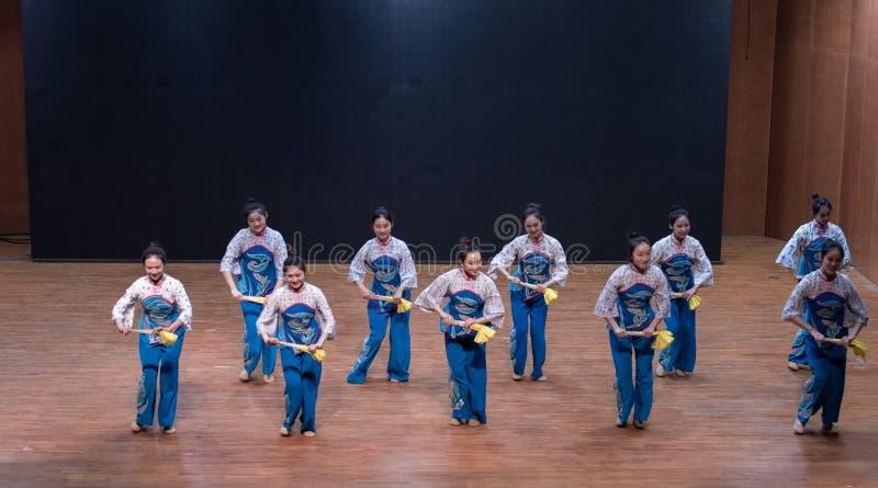 Danza de la cosecha de la muchacha 6-Tea de la cosecha del té - ensayo de enseñanza en el nivel del departamento de la danza imagen de archivo libre de regalías