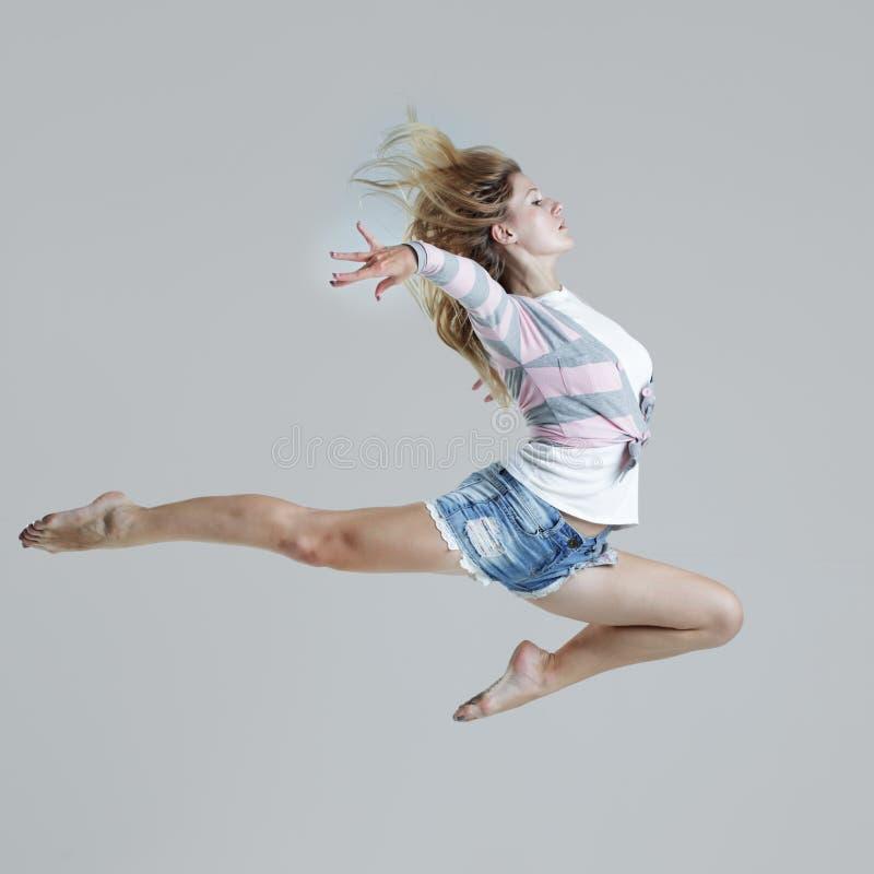 Danza de la muchacha fotografía de archivo libre de regalías