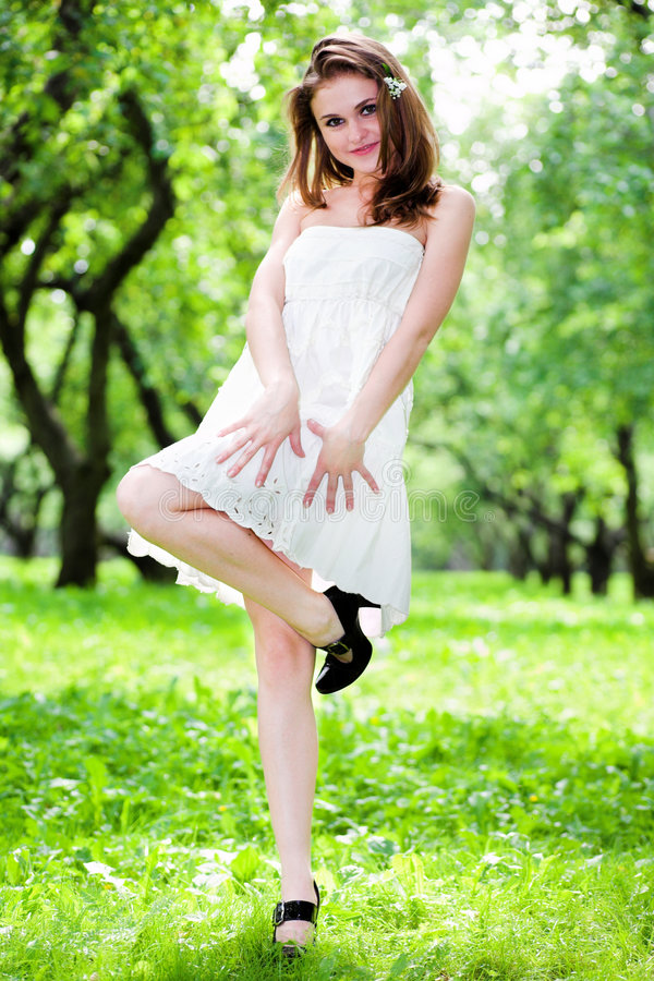 Danza de la muchacha de la sonrisa en la alineada blanca imagen de archivo