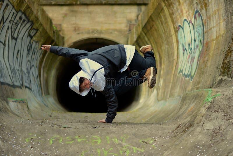Danza de rotura joven del baile del muchacho fotografía de archivo libre de regalías