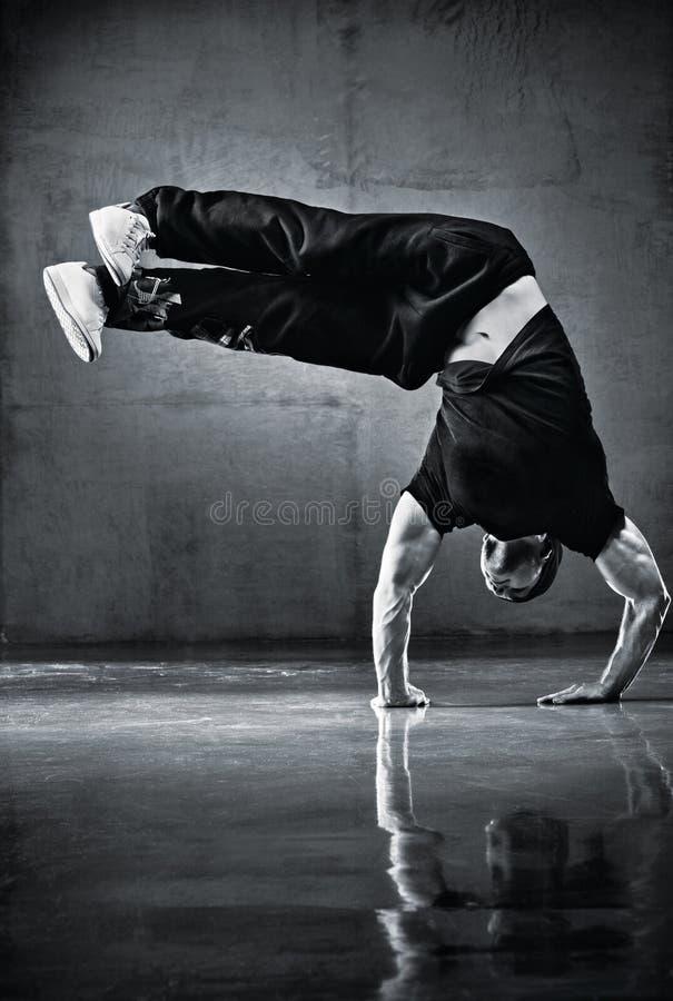 Danza de rotura joven del hombre fuerte fotos de archivo libres de regalías