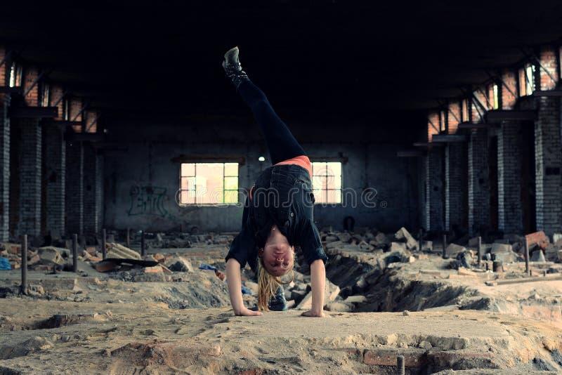 Danza de rotura rubia del baile de la muchacha en los ladrillos viejos imágenes de archivo libres de regalías