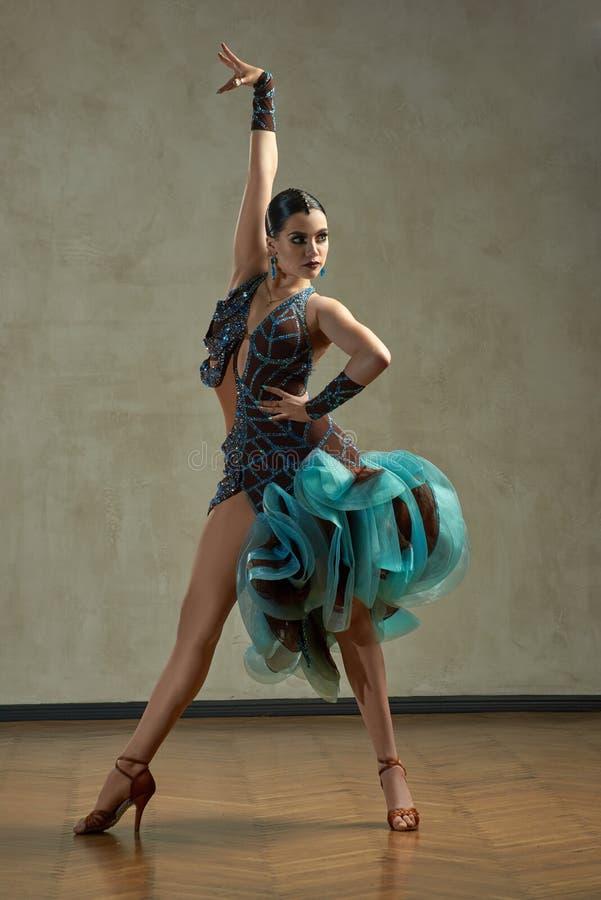 Danza de salón de baile atractiva del baile de la mujer fotografía de archivo