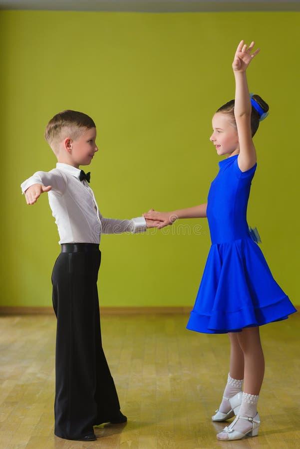 Danza de salón de baile del baile del muchacho y de la muchacha imagenes de archivo