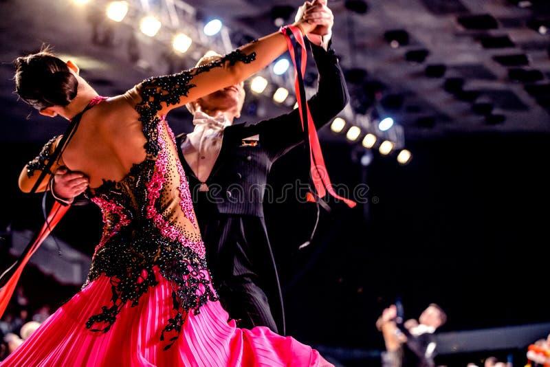 Danza de salón de baile del funcionamiento de los atletas de los pares de la danza foto de archivo libre de regalías