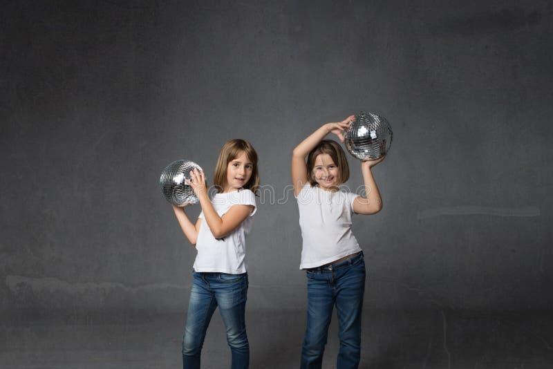 Danza del bebé para los niños con las bolas de discoteca foto de archivo libre de regalías