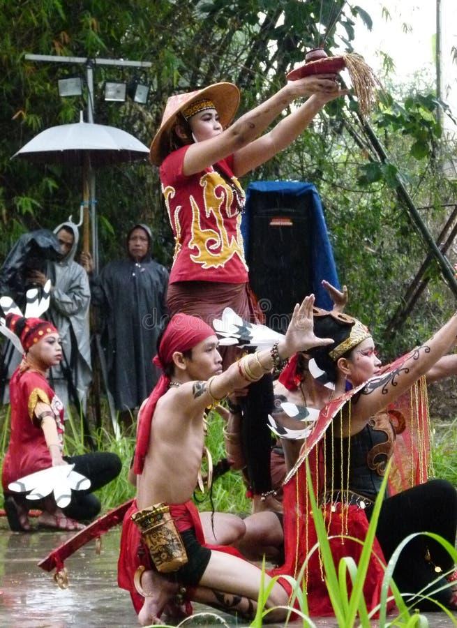 Danza del Dayak fotos de archivo