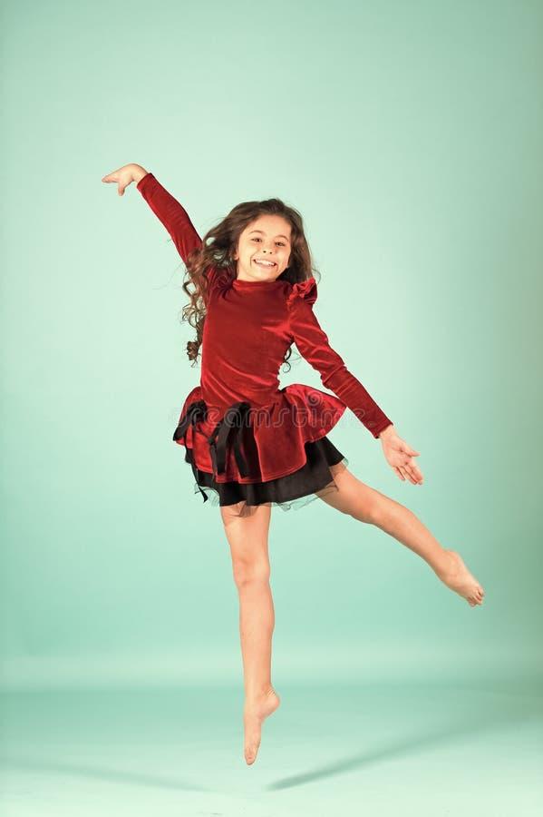 Danza del niño en vestido rojo descalzo fotos de archivo