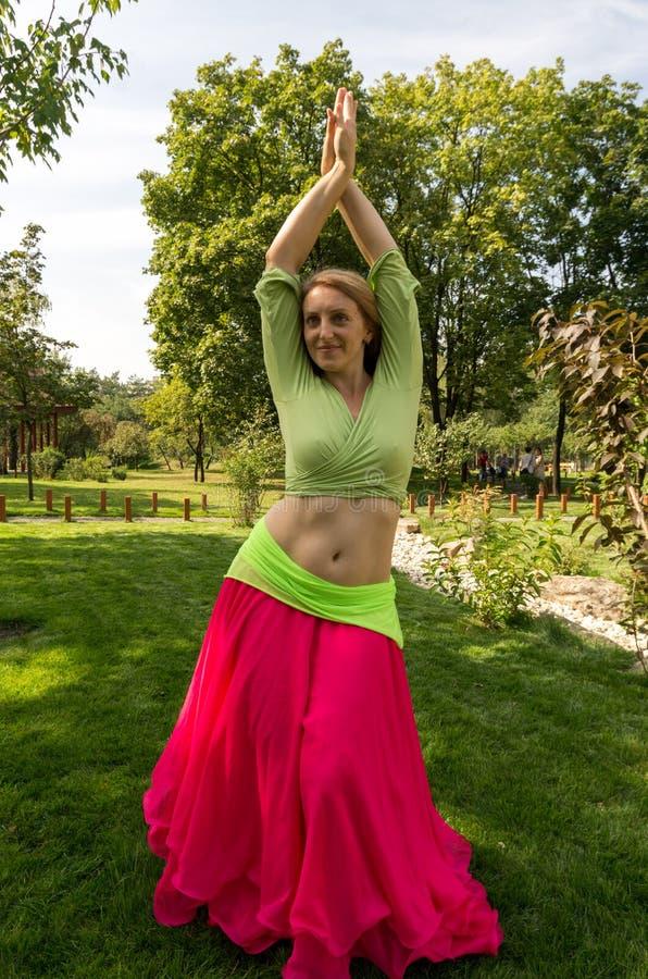 Danza del ventre ballante della ragazza bionda Ragazza di dancing nel parco fotografia stock libera da diritti