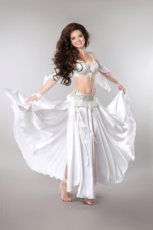 Danza del ventre Bellydancer Bello Arabo splendido castana Wo immagine stock