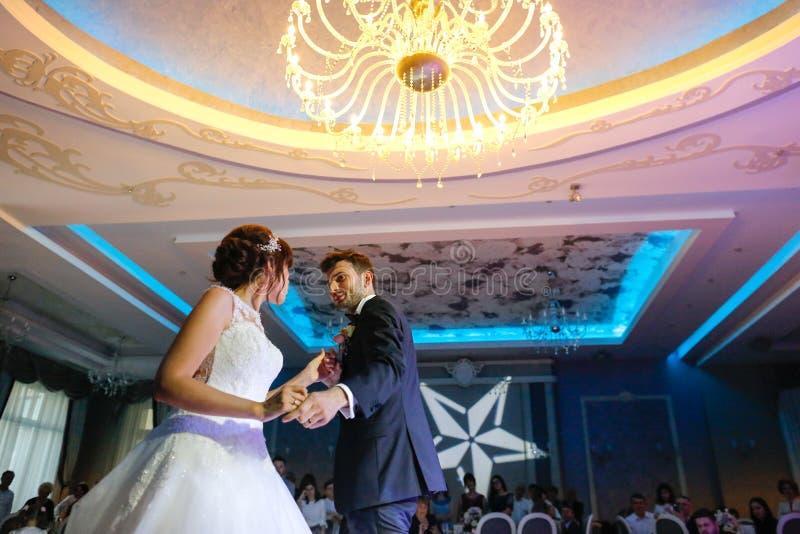 Danza hermosa de los pares de la boda en restaurante imagenes de archivo