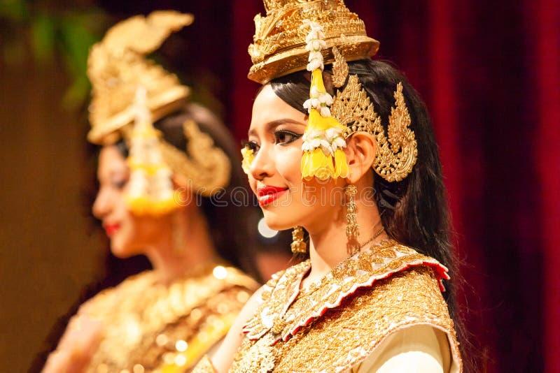 Danza hermosa del Khmer de Apsara que representa la epopeya de Ramayana Cu rojo fotos de archivo