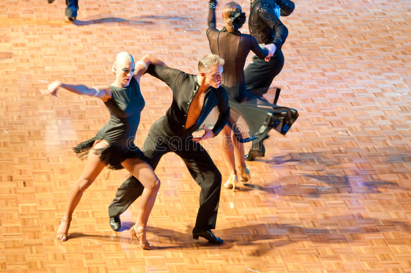 Danza latina de baile de los pares imagen de archivo libre de regalías