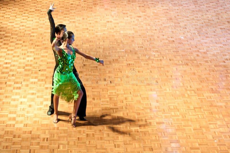 Danza latina de baile de los pares imagenes de archivo