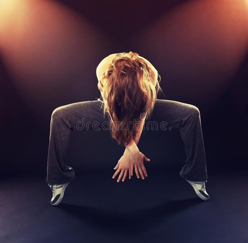 Danza moderna di dancing del ballerino della donna, salto sul nero fotografie stock libere da diritti