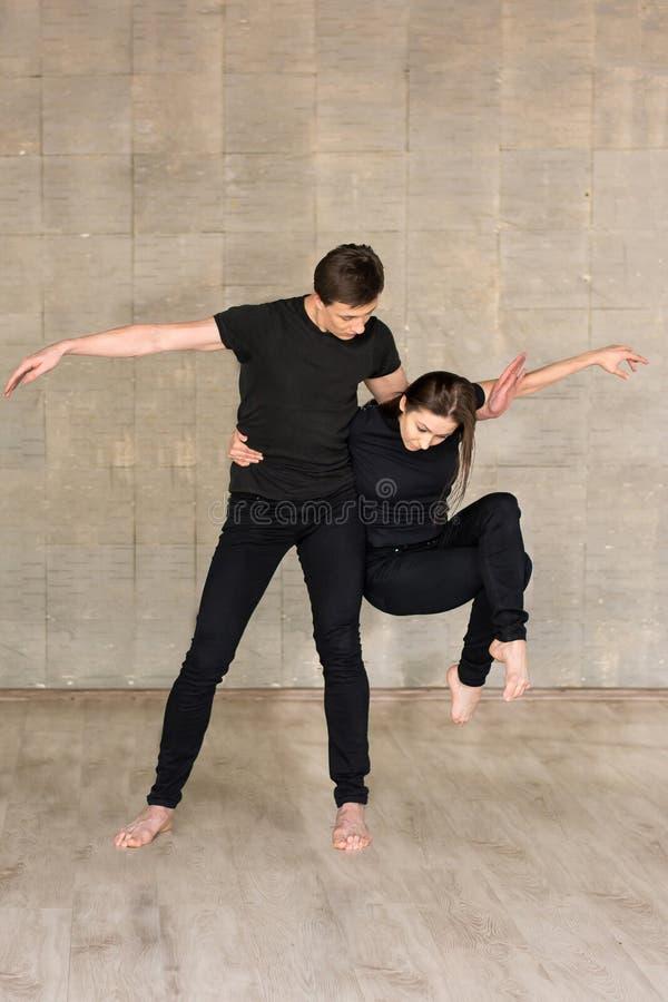 Danza Partnering en fondo gris imagen de archivo libre de regalías