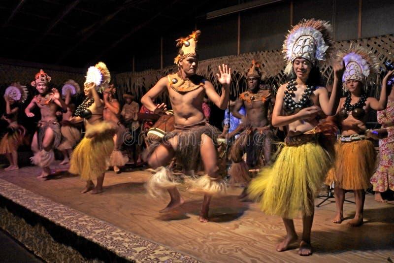 Danza polinesia de Islanders del cocinero en la demostración cultural en Rarotonga Co fotos de archivo