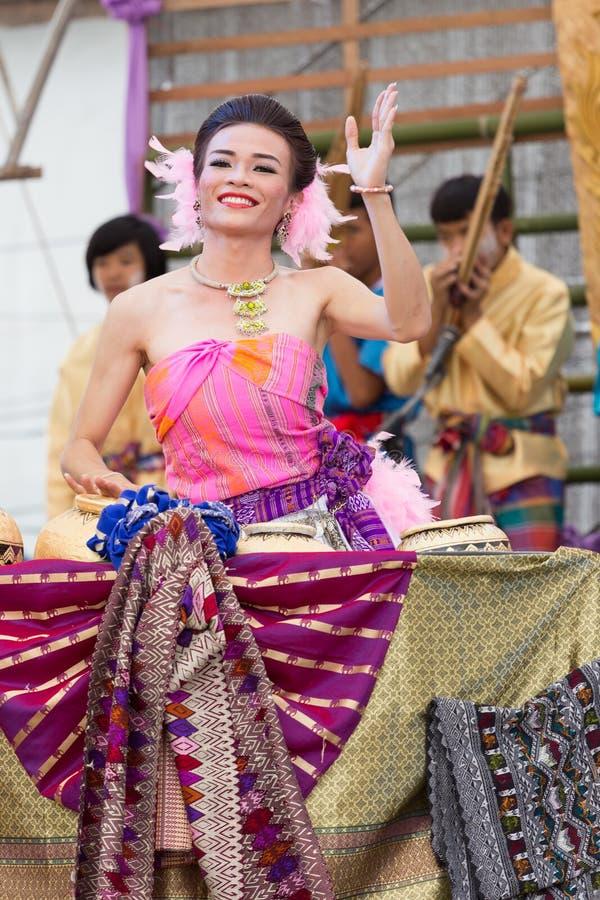 Danza popolare tailandese del ragazzo di signora fotografie stock