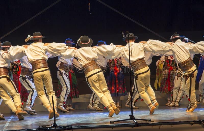 Danza popular en trajes de la montaña imagen de archivo