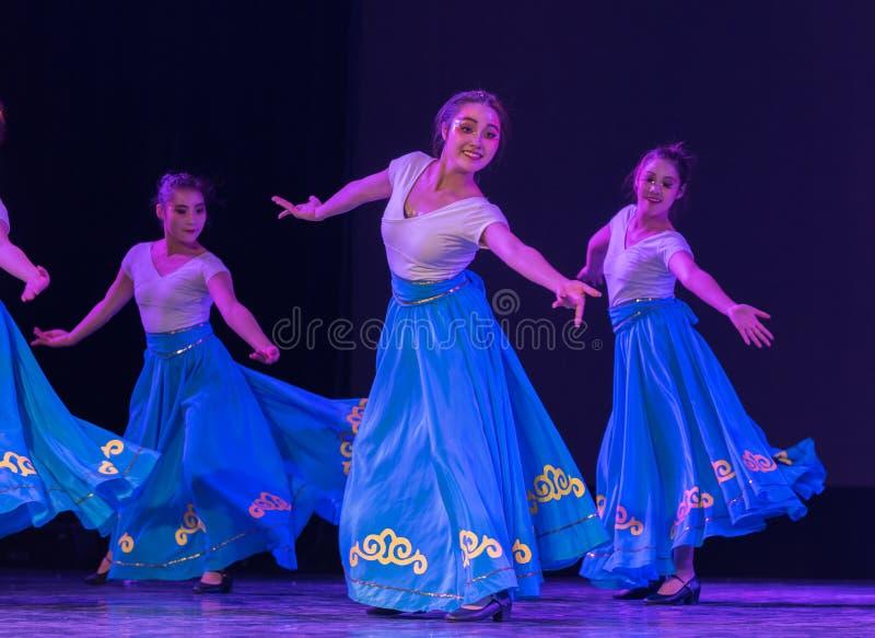 Danza popular muchacha-china del Kazakh imagen de archivo