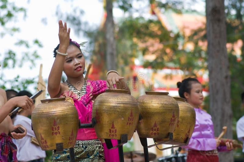 Danza popular tailandesa tradicional (Pongrang) foto de archivo