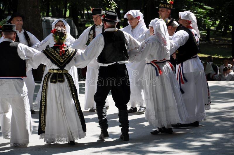 Danza popular tradicional de Slavonian foto de archivo