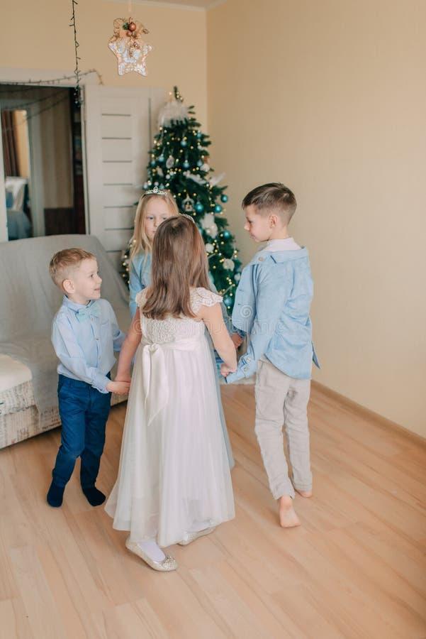 Danza redonda del ` s de los niños en el árbol del Año Nuevo foto de archivo