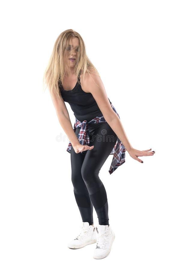 Danza rubia apasionada del jazz del baile del instructor de los aeróbicos de la mujer con el pelo despeinado sobre cara fotografía de archivo