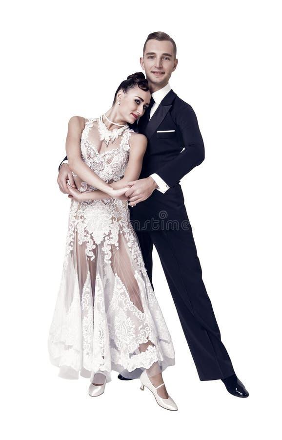 Danza sensual de la mujer y del hombre Novia en el vestido y el novio blancos en smoking Pares de los bailarines del salón de bai fotografía de archivo