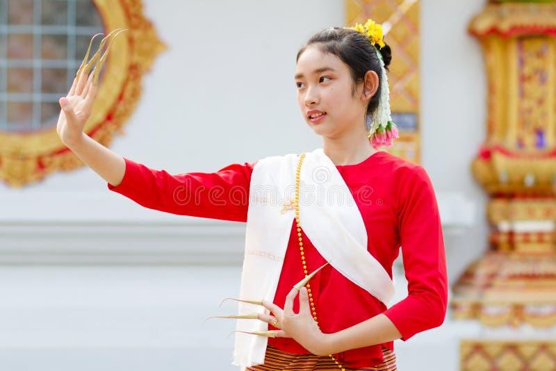 Danza tailandesa de la muchacha imagenes de archivo