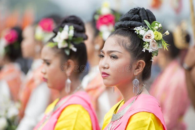 DANZA TAILANDESA DE LA TRADICIÓN DE TAILANDIA BURIRAM SATUEK imagen de archivo libre de regalías