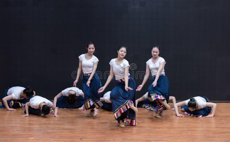 Danza tibetana de Guozhuang 7-Chinese - ensayo de la enseñanza en el nivel del departamento de la danza imagenes de archivo