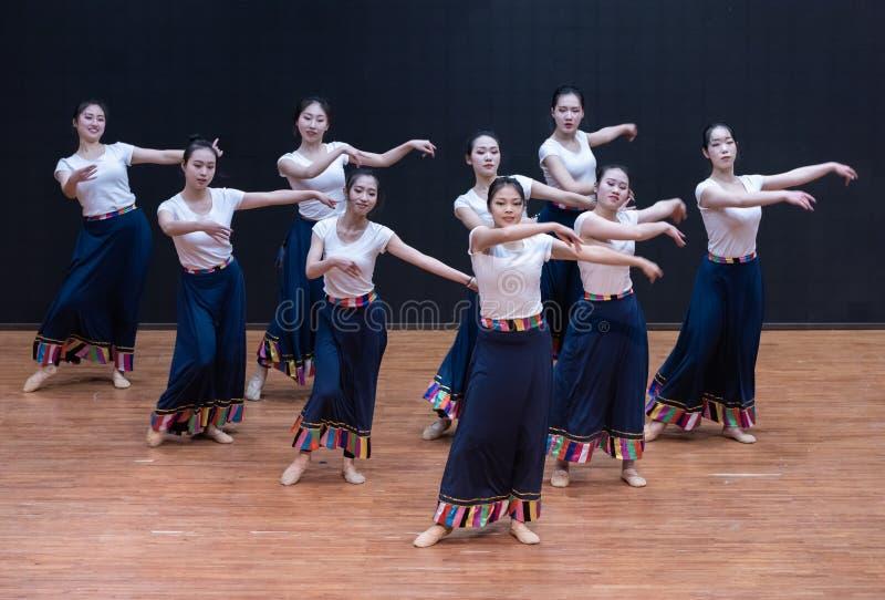 Danza tibetana de Guozhuang 8-Chinese - ensayo de la enseñanza en el nivel del departamento de la danza imagen de archivo libre de regalías