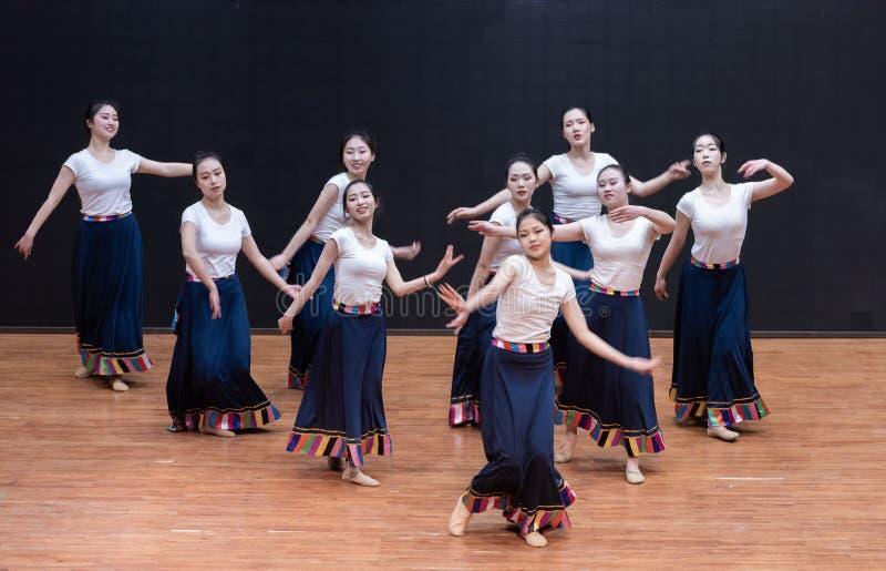 Danza tibetana de Guozhuang 9-Chinese - ensayo de la enseñanza en el nivel del departamento de la danza imagen de archivo