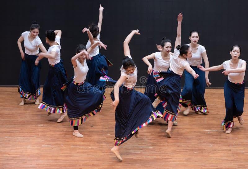 Danza tibetana de Guozhuang 10-Chinese - ensayo de la enseñanza en el nivel del departamento de la danza fotos de archivo