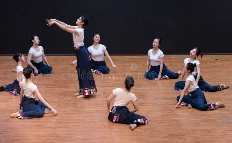 Danza tibetana de Guozhuang 1-Chinese - ensayo de la enseñanza en el nivel del departamento de la danza imágenes de archivo libres de regalías