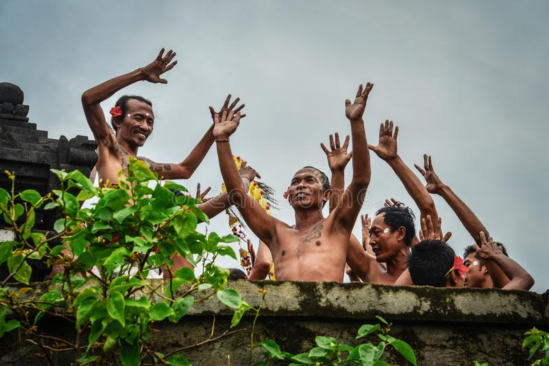 Danza tradicional de Kecak del Balinese en el templo de Uluwatu fotografía de archivo