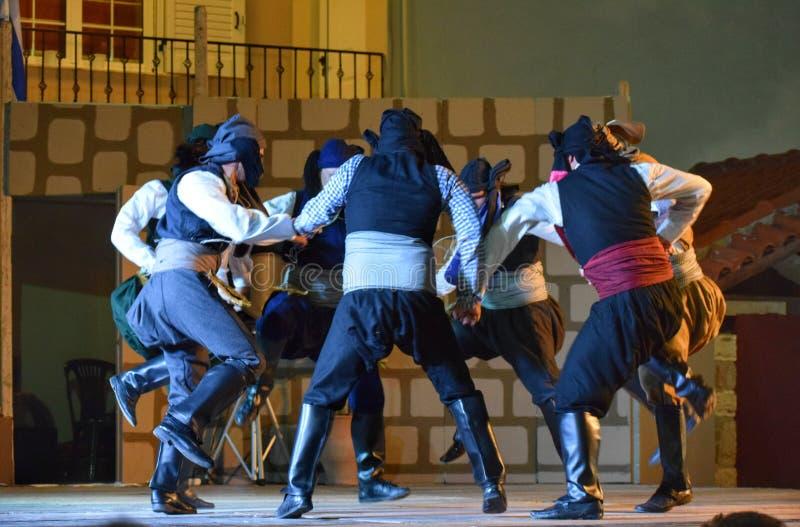 Danza tradicional de Pontian de los hombres foto de archivo