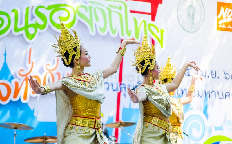 Danza tradicional tailandesa con la mujer hermosa en el traje cultural de oro que se realiza en la etapa para el festival de Song imágenes de archivo libres de regalías