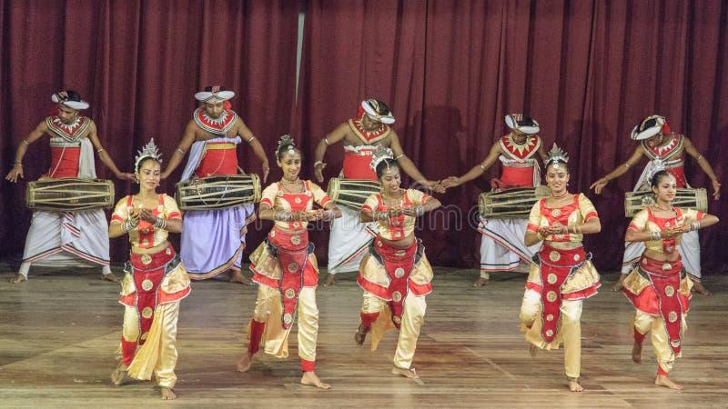 Danza tradicional y funcionamiento el teclear, demostración cultural, Kandy, Sri Lanka fotos de archivo