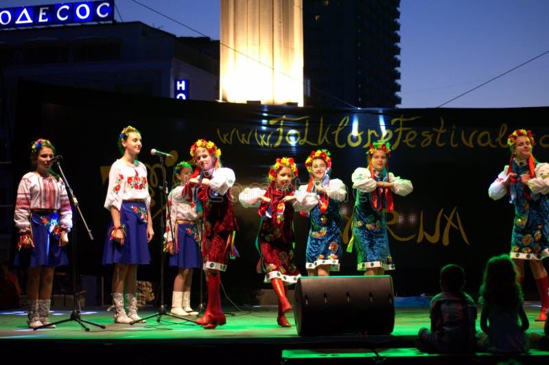 Danza ucraniana de las muchachas fotos de archivo