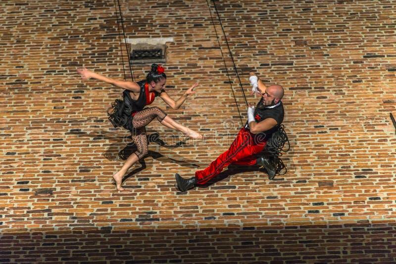 Download Danza Vertical Del Teatro De La Calle Foto de archivo editorial - Imagen de gente, demo: 42440983