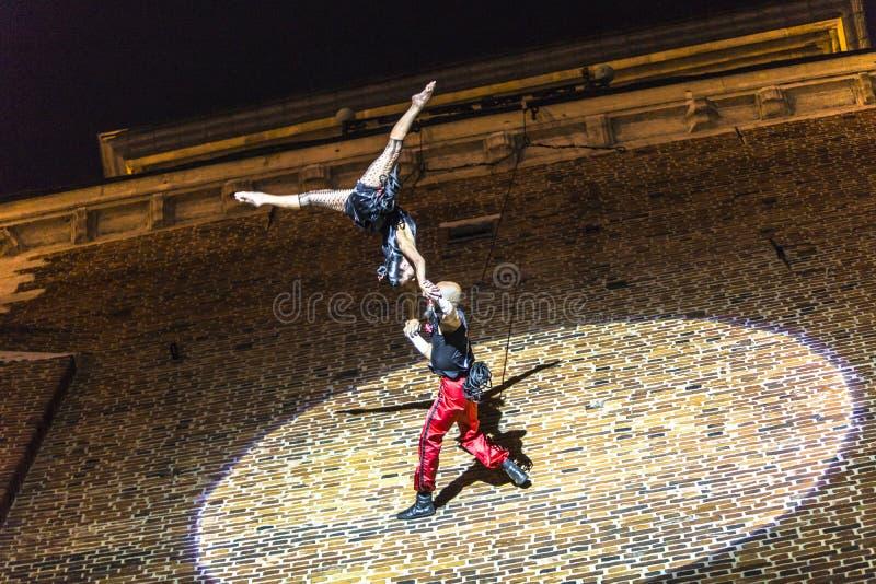 Download Danza Vertical Del Teatro De La Calle Foto de archivo editorial - Imagen de diversión, internacional: 42441558