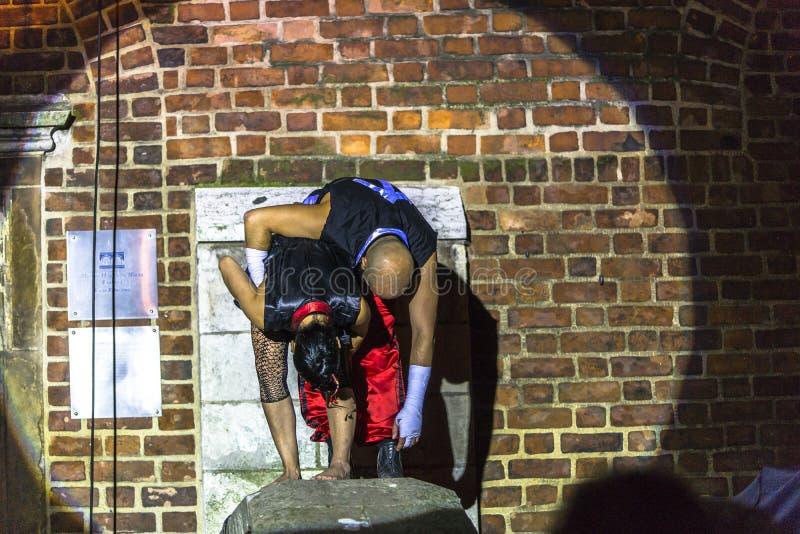 Download Danza Vertical Del Teatro De La Calle Foto de archivo editorial - Imagen de tambores, traje: 42441753