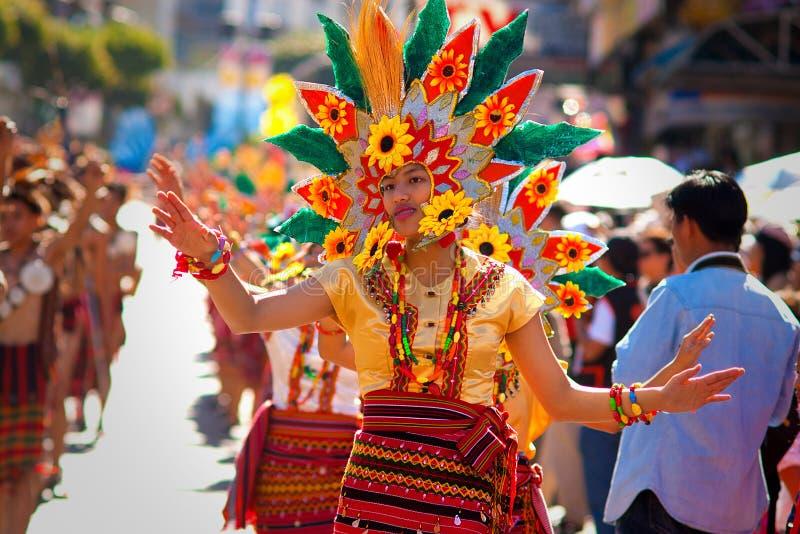 Danzas de la muchacha del Igorot agraciado en el festival de la flor imagenes de archivo
