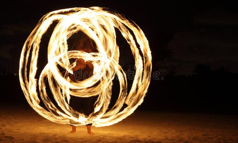 Danzatore del fuoco nello scuro fotografie stock libere da diritti