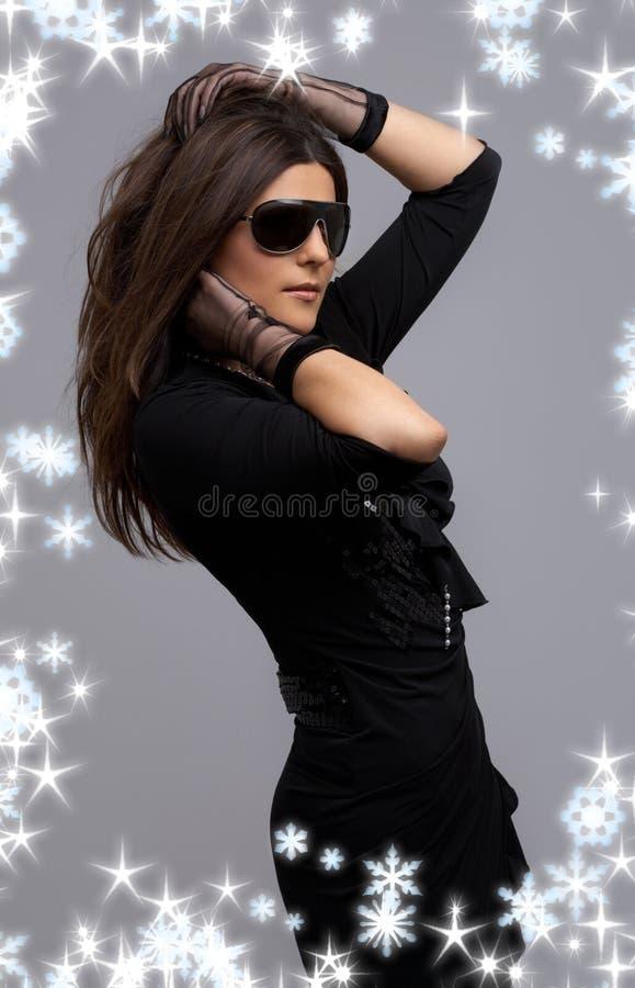 Danzatore del partito in vestito nero con i fiocchi di neve immagini stock