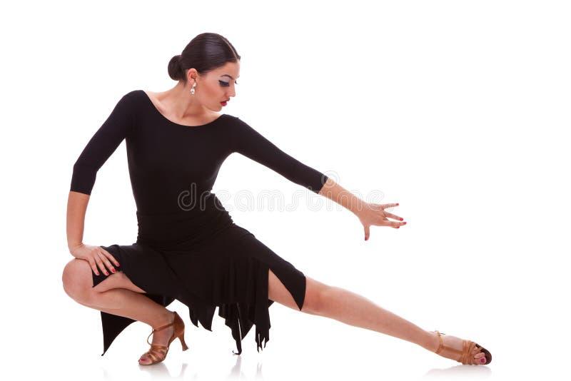 Danzatore della salsa della donna in una posa di affondo immagini stock
