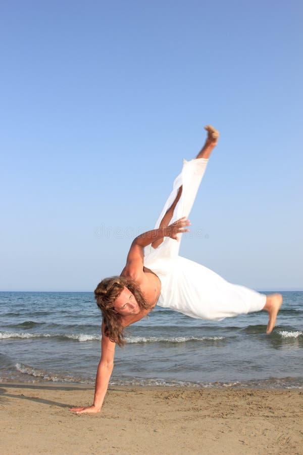 Danzatore di Capoeira sulla spiaggia immagini stock